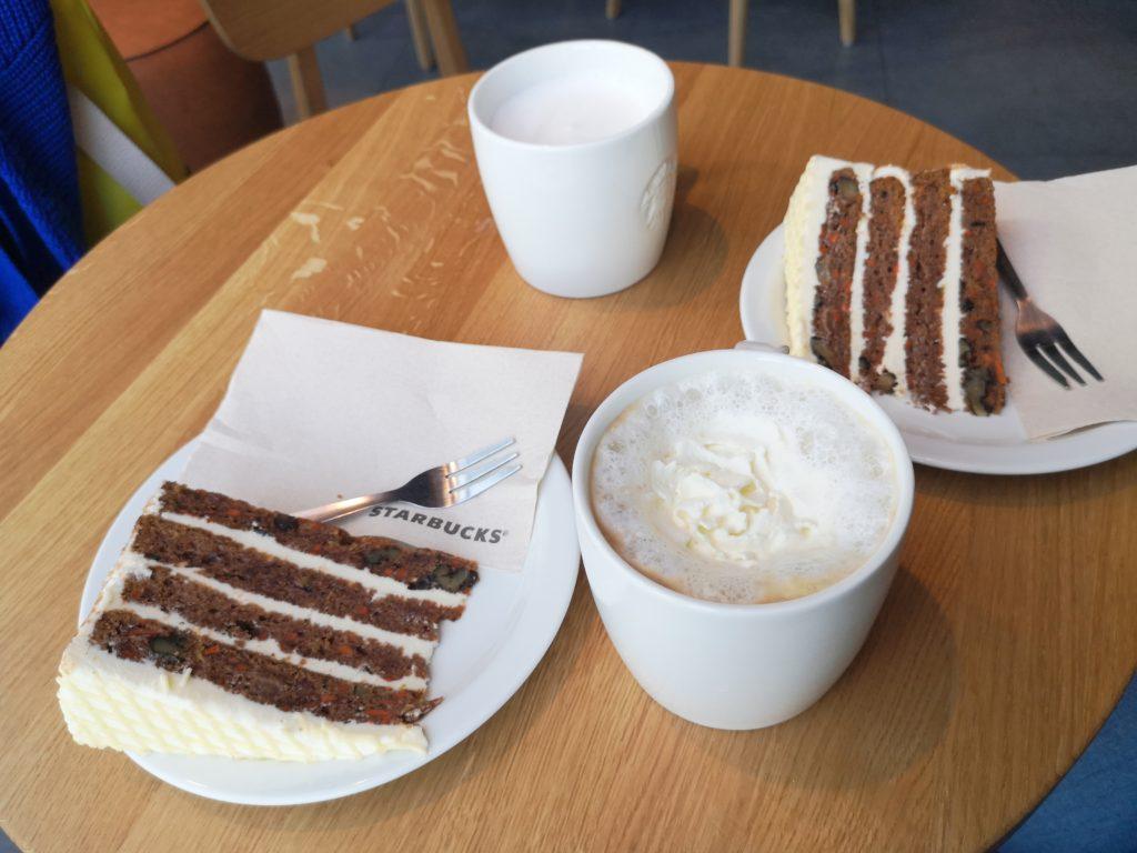 kaffee und carrot cake bei starbucks
