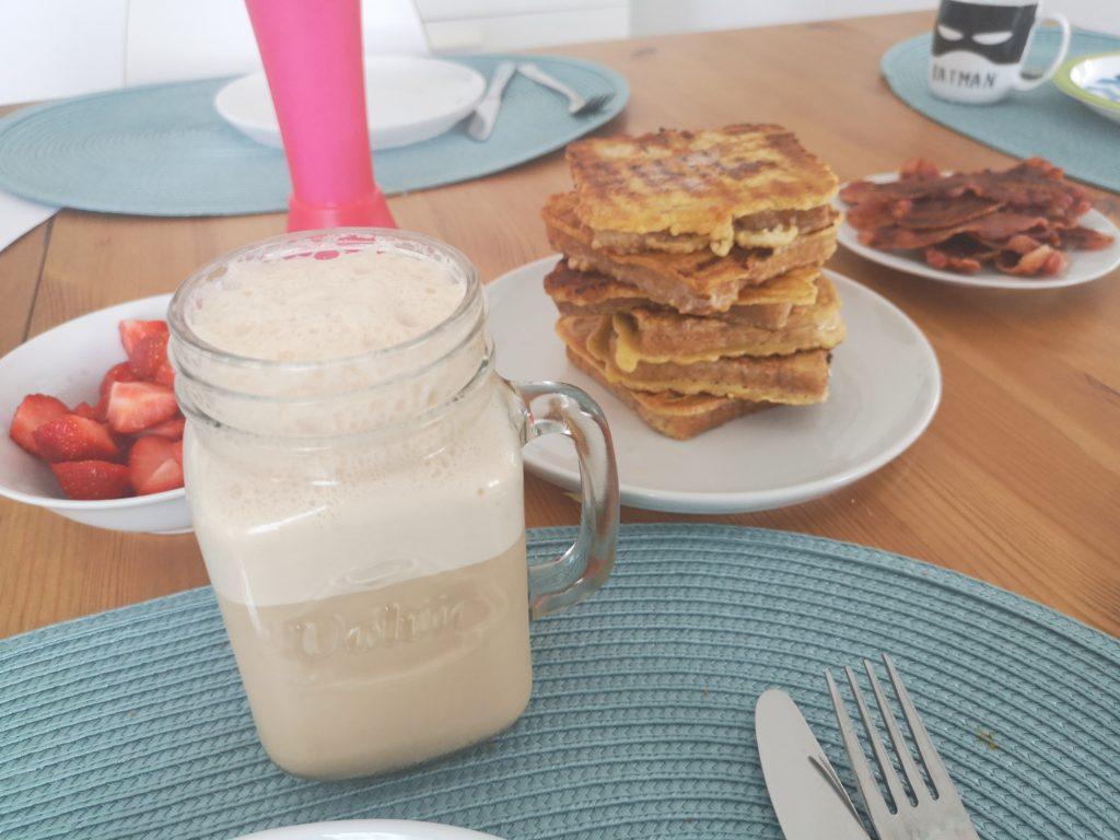 eiskaffee, french toast und bacon am sonntag zum frühstück