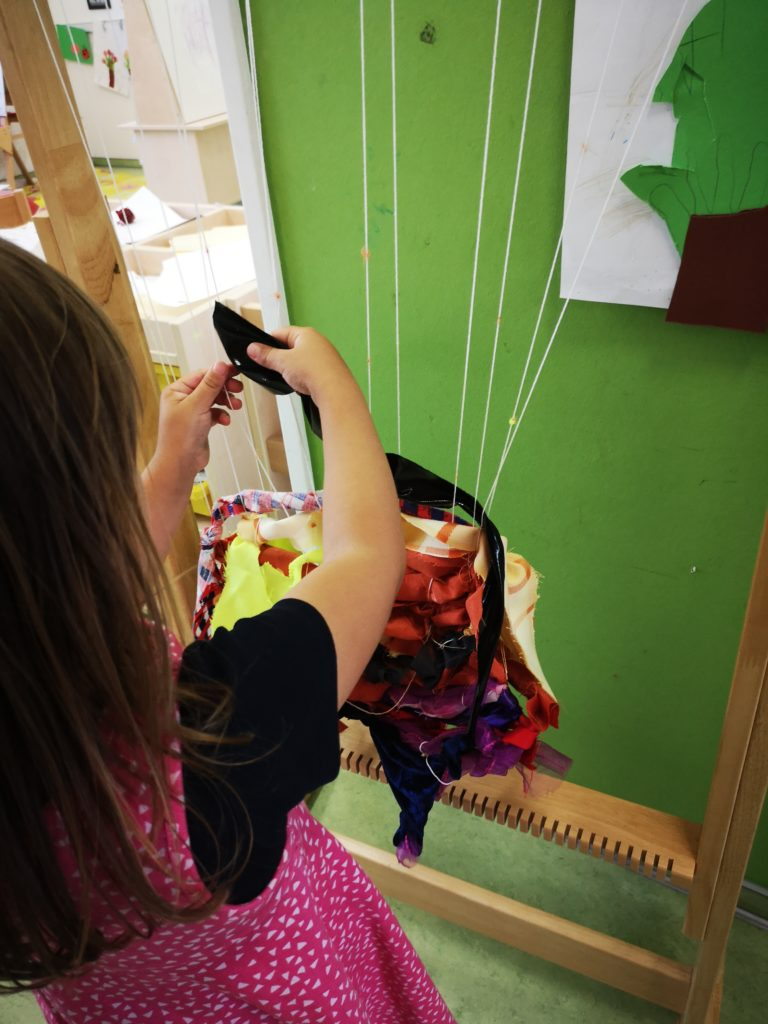 großer webrahmen im kindergarten