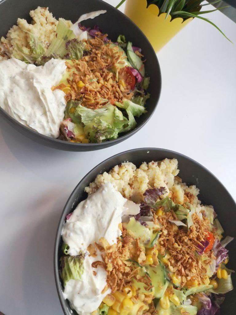 gesund und lecker: salat mit kartoffelbrei