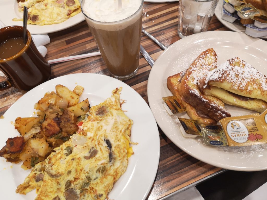 omelette und french toast bei andrew´s coffee shop