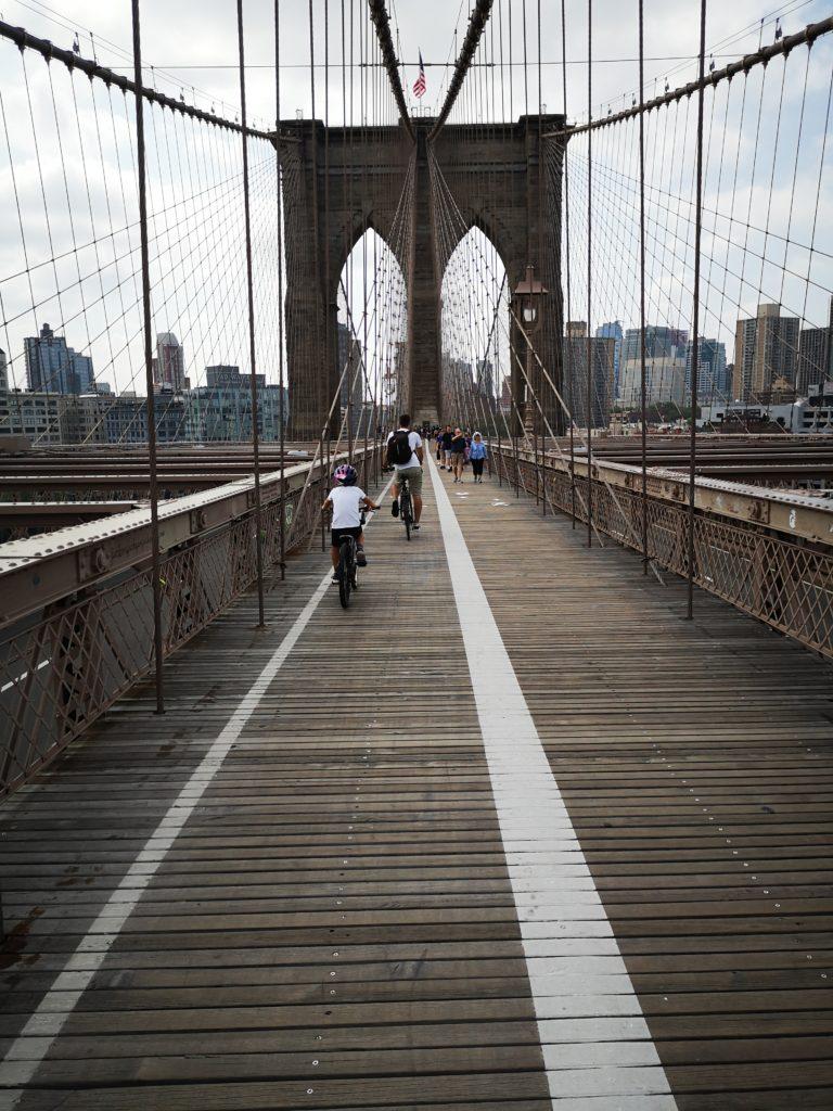 mit dem fahrrad über die brookly bridge