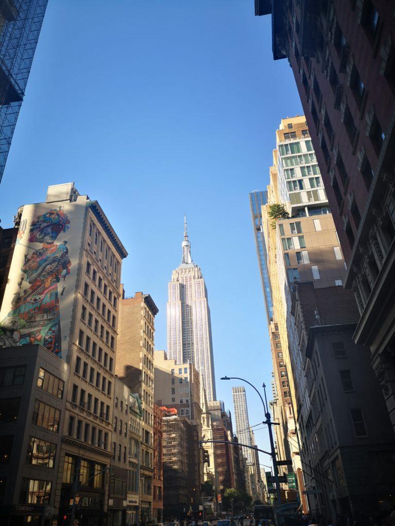 die 5th avenue hoch laufen in richtung empire state buidling