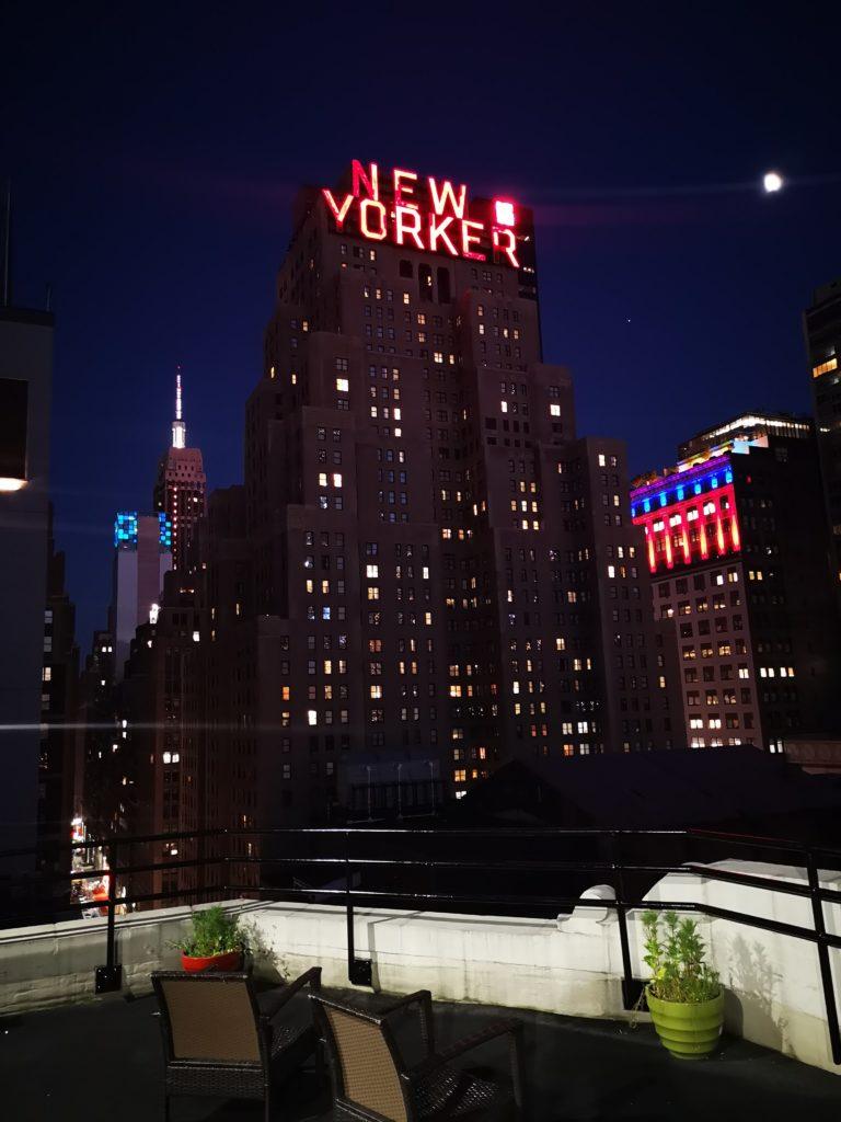 blick auf das new yorker hotel vom tryp hotel aus