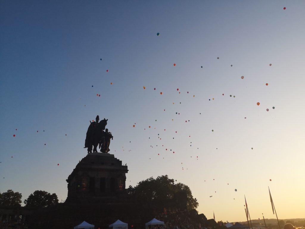 austeigende luftballons beim taschenlampenkonzert in koblenz