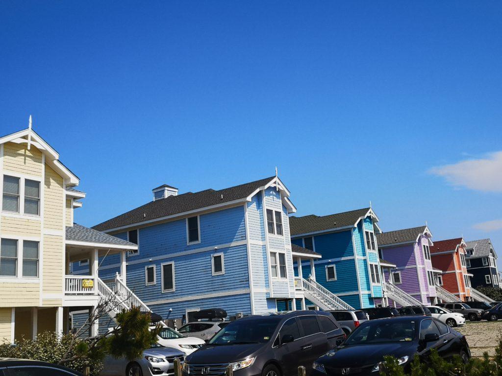 pastellfarbene häuser auf den outer banks