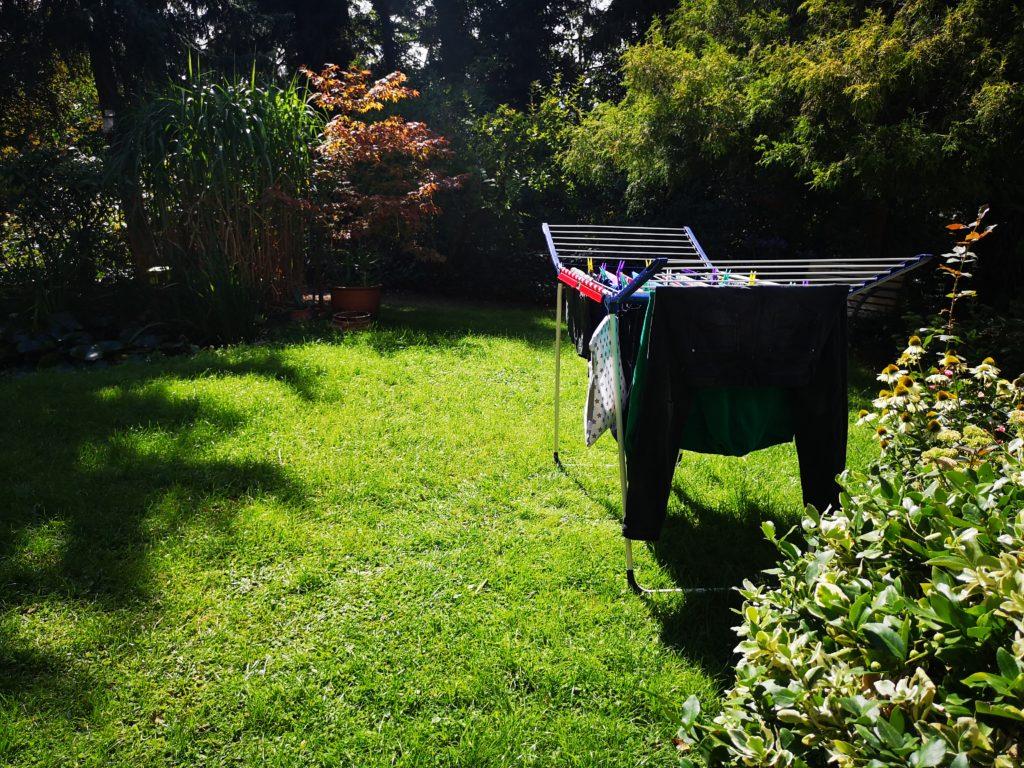 wäsche im garten trocknen lassen
