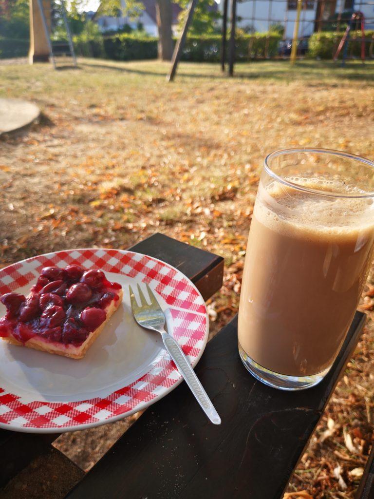 mit eiskaffee und kuchen auf den spielplatz