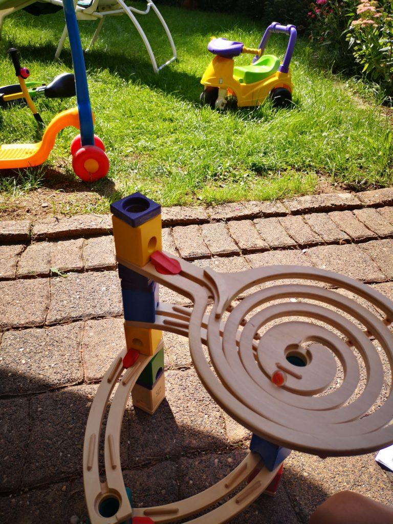 mit der murmelbahn im garten spielen