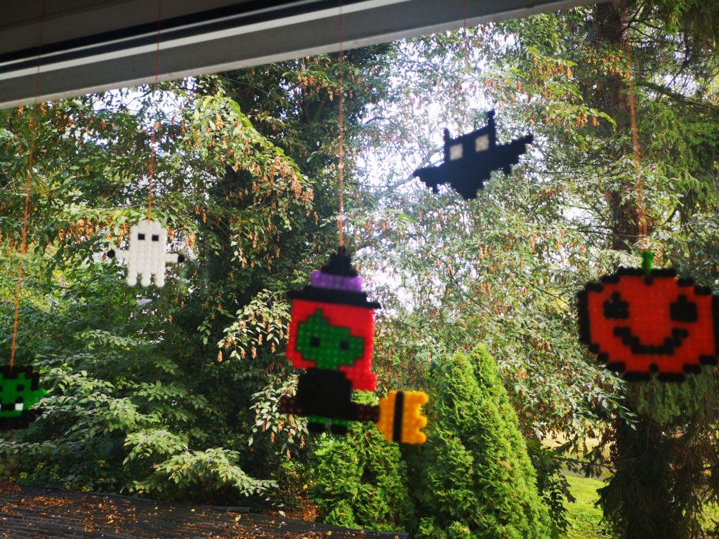 halloween figuren aus bügelperlen als dekoration für das fenster