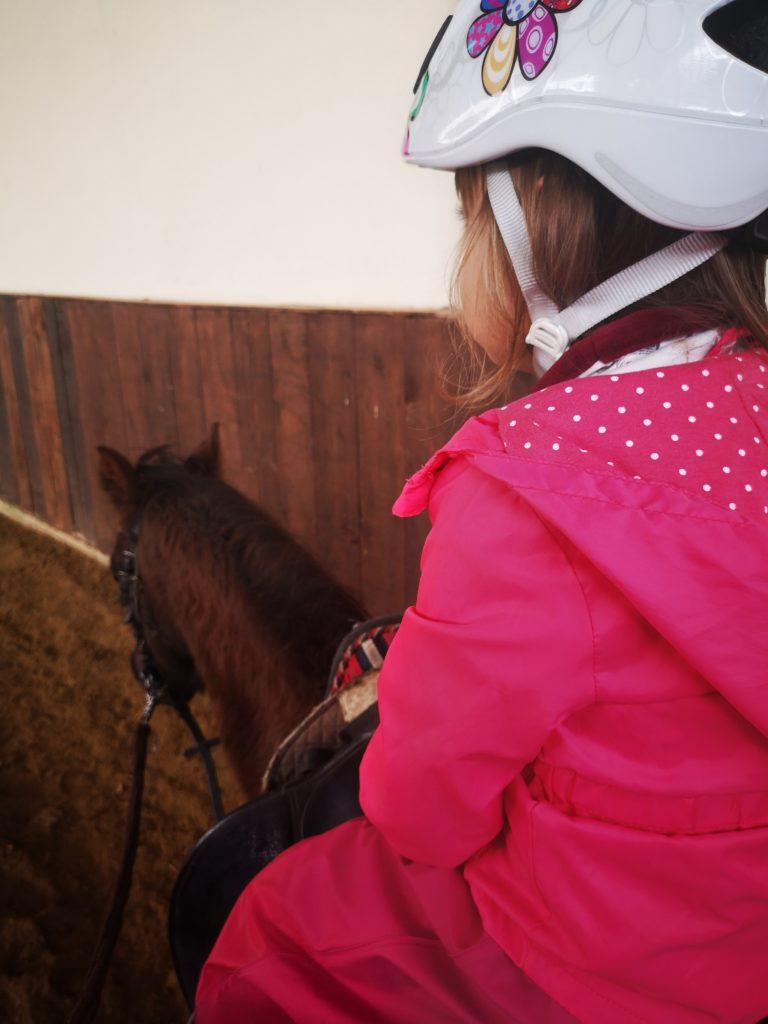 spaß beim reiten auf einem pony