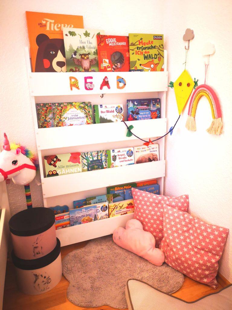 leseecke im kinderzimmer mit tollen kinderbüchern für den herbst
