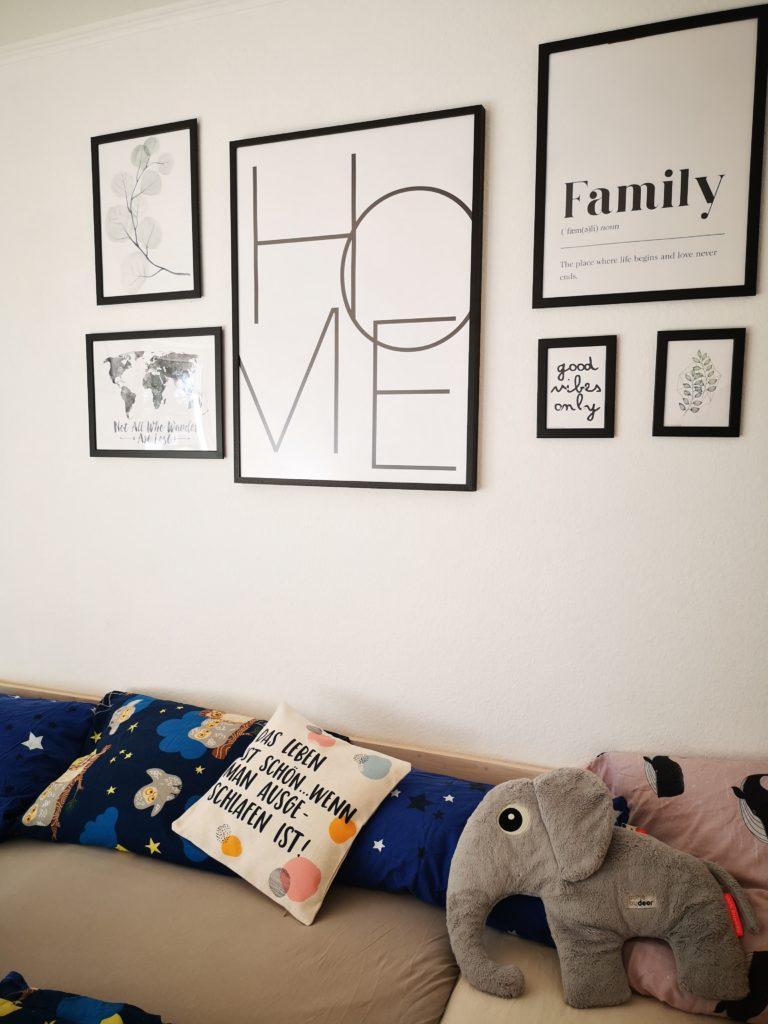 familienbett mit zwei kindern