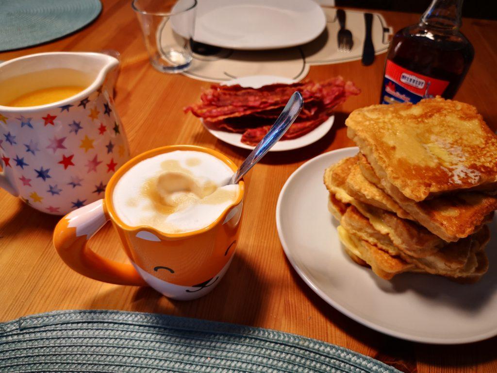 french toast, bacon und frisch gepresster orangensaft zum frühstück am sonntag