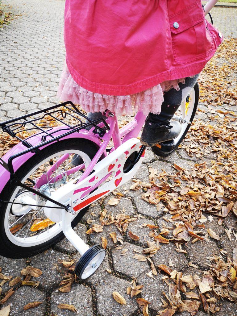 ein fahrrad mit stützrädern für einen besseren start