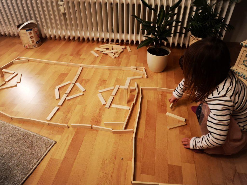 spielen mit holzbausteinen
