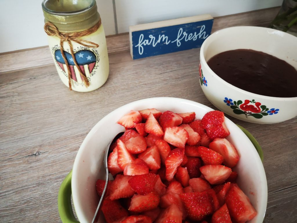 schokopudding mit erdbeeren als dessert