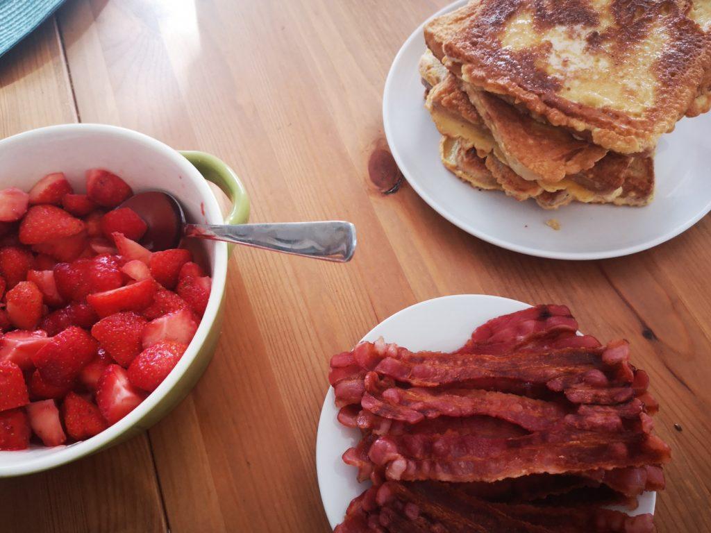 frühstück am sonntag mit french toast