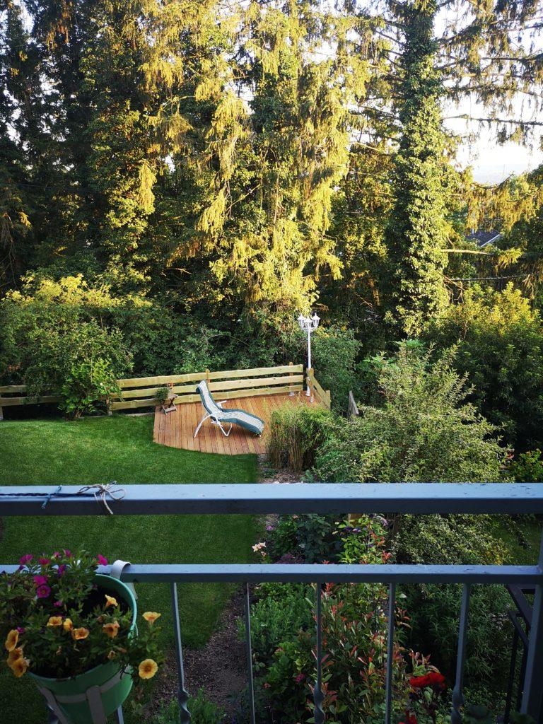schöne aussicht vom balkon: blick ins grüne