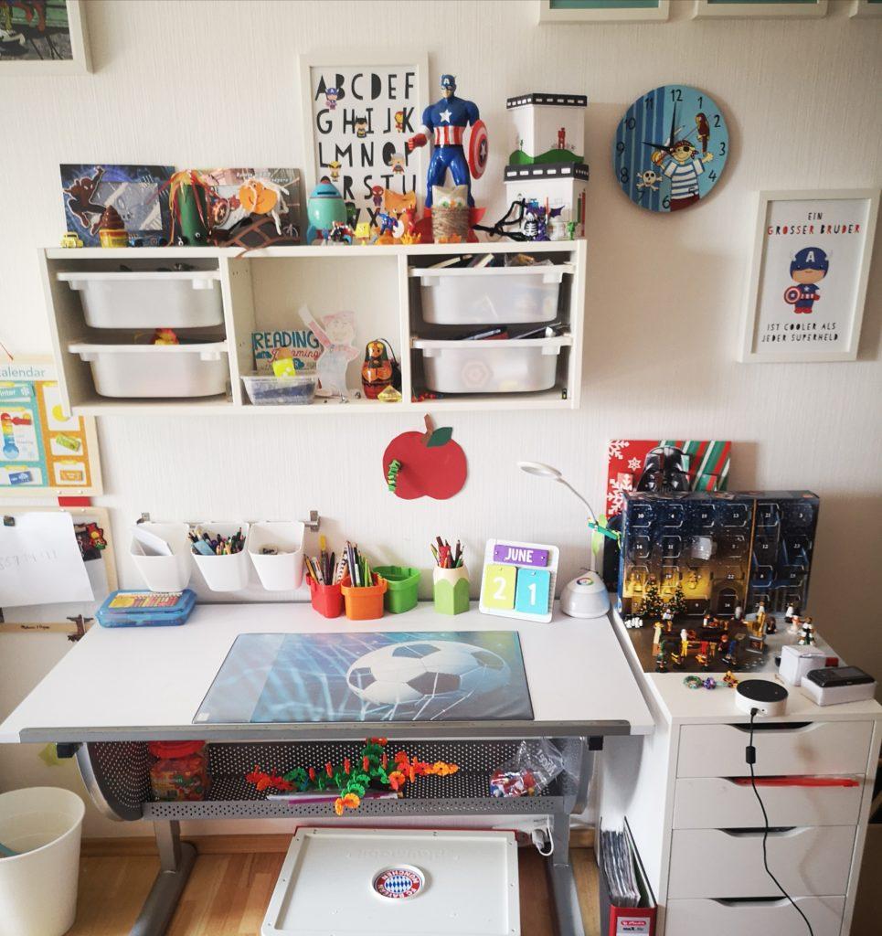 schreibtisch mit superhelden deko
