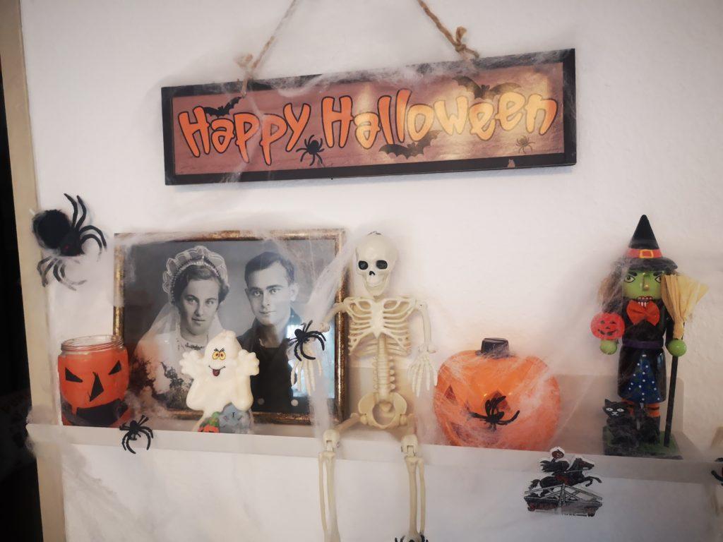 halloween deko mit alten bildern und spinnweben