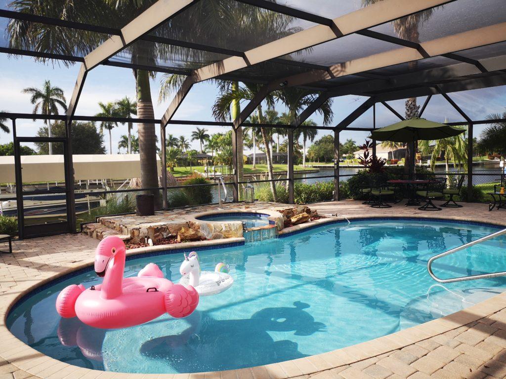 ferienhaus mit privatem pool und blickt auf einen der kanäle